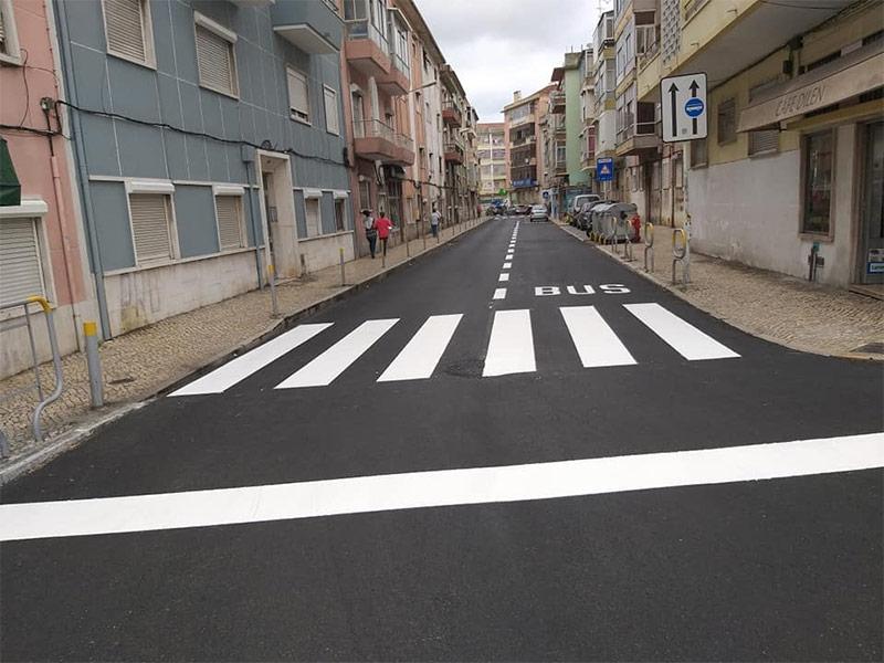 Loures Parque, EM, efetua a pintura da sinalização horizontal da Rua Francisco Marques Beato, em Mos